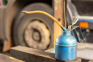 lata de óleo velha na garagem foto