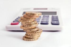 moedas e calculadora foto