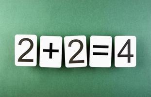 cartão da escola com problemas de matemática em cima da mesa foto
