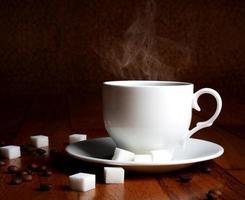 xícara de café quente com açúcar e grãos naturais foto