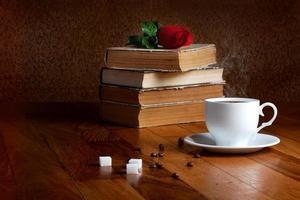 xícara quente de café fresco na mesa de madeira e pilha foto
