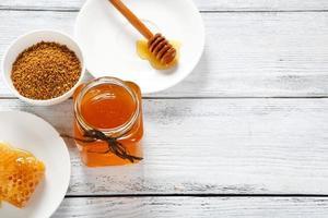 pote de mel e outros produtos