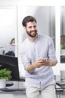 empresário com telefone móvel foto
