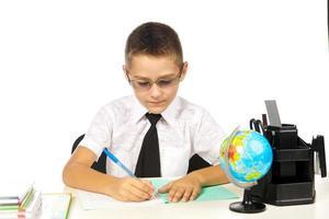 menino na sala de aula foto