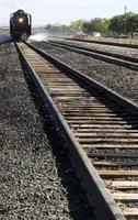 Locomotiva a vapor dos anos 40, descendo as trilhas.