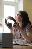 mulher que trabalha em casa com o plano de laptop e arquitetura foto