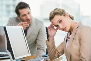 empresário discutindo com um colega foto