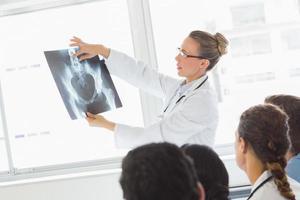 médico explicando o raio X aos colegas foto