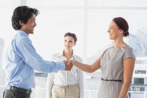 homem de negócios, apertando a mão de colegas foto