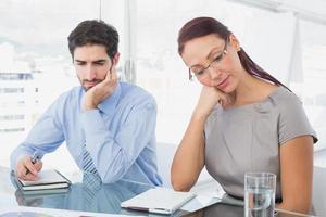 empresária e seu colega lendo