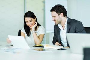 atmosfera feliz entre uma empresária e um empresário no escritório foto