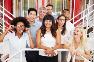 grupo de colegas de trabalho em pé no saguão do escritório foto
