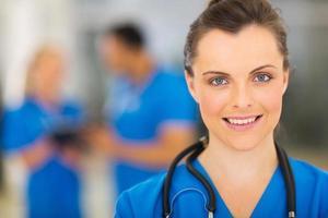 jovem médico interno no hospital foto