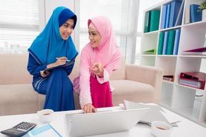 par de mulheres de negócios muçulmanas foto