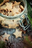 estrelas de gengibre biscoitos de Natal na jarra