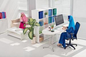 trabalhando no escritório foto