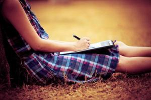 mulher de negócios jovem planejando, escrevendo e revisando o relatório na ci foto