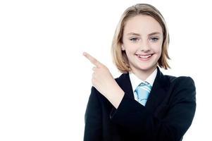 garota de negócios jovem apontando para fora foto