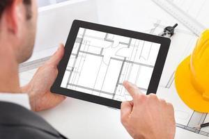arquiteto segurando o tablet digital foto
