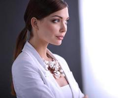 retrato de uma mulher de negócios bem sucedido em pé em um escritório foto