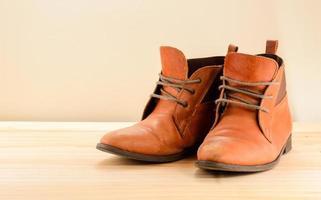 natureza morta com sapatos de couro marrom com macas de madeira foto