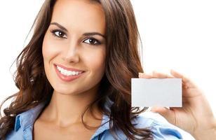 empresária com cartão de visita em branco, isolado foto