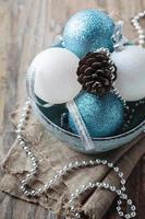 enfeite de natal em cima da mesa de madeira foto