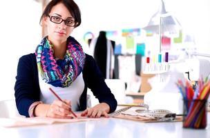 costureira, projetando o padrão de roupas em papel foto