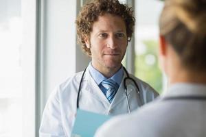 médico olhando colega foto