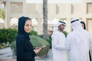 empresários árabes ao ar livre foto