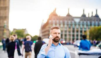 homem com telefone inteligente foto