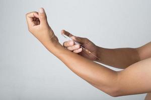 homem injetado no braço foto
