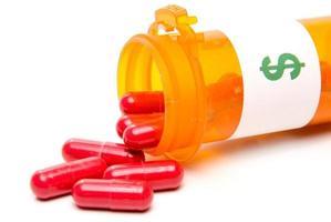 frasco derramado de medicamento prescrito rotulado com $ foto