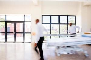 trabalhadores de saúde movimento e cama foto