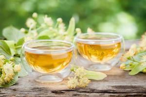 duas xícaras de chá de tília saudável foto