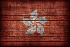 padrão de bandeira de hong kong na textura da placa de madeira foto