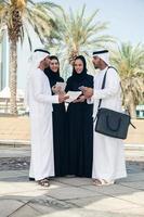 grupo de empresários árabes ao ar livre foto