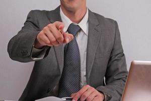 gerente executivo de empresário, apontando para você no fundo branco foto