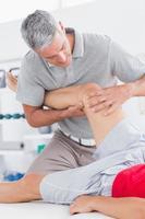 homem tendo massagem nas pernas foto