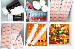 comprimidos médicos, ampolas em caixa de madeira, close-up foto