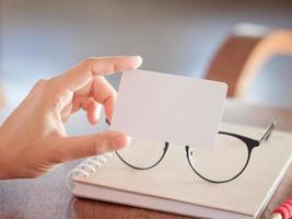 mulher segura cartões de visita em branco foto