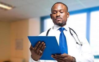 médico lendo uma prancheta foto
