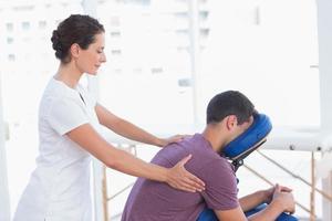 homem tendo massagem nas costas foto