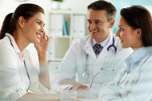 médicos e paciente foto