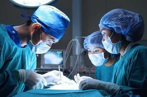 grupo de cirurgia veterinária na sala de operação foto