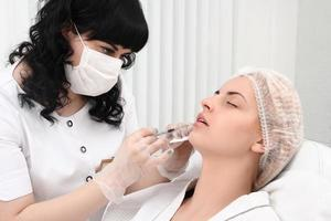 procedimento de rejuvenescimento na clínica de beleza