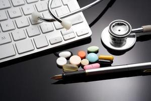 estetoscópio no teclado. medicamento foto