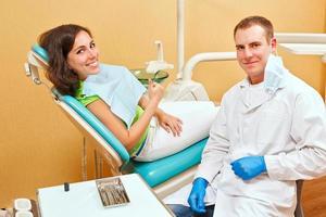 menina no exame no dentista foto