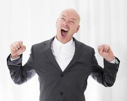 homem de terno bocejando foto