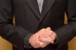empresário com as mãos entrelaçadas foto